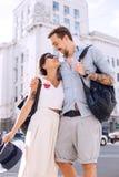Glückliches Paar auf einem Weg in der Stadt Lizenzfreie Stockfotografie
