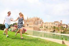 Glückliches Paar auf Mallorca, La Seu, Palma Cathedral Stockfotos