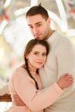 Glückliches Paar auf romantischer Sitzung Stockfotografie