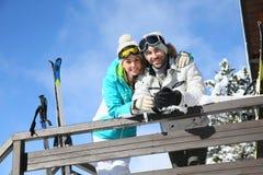 Glückliches Paar auf Winterurlauben Stockfoto