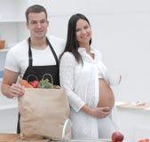Glückliches Paar auseinander der Satz, stehend in der Küche lizenzfreies stockbild