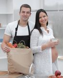 Glückliches Paar auseinander der Satz, stehend in der Küche stockbild
