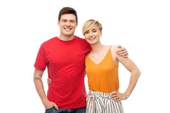 Glückliches Paar, das über weißem Hintergrund umarmt lizenzfreies stockbild