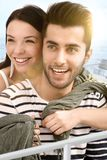 Glückliches Paar, das auf Boot umfasst Lizenzfreie Stockfotografie