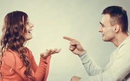 Glückliches Paar, das auf Datum spricht gespräch stockbilder