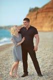Glückliches Paar, das auf dem Strand lacht Im Freienportrait Stockbilder