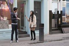 Glückliches Paar, das auf der Straße nahe dem Speicher plaudert Stockbild