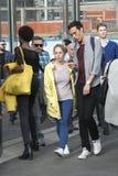 Glückliches Paar, das auf der Straße nahe dem Speicher plaudert Lizenzfreies Stockfoto