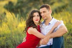 Glückliches Paar, das auf Gras im Park stillsteht Stockfotos