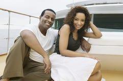 Glückliches Paar, das auf Yacht sich entspannt Lizenzfreies Stockfoto