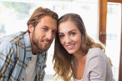 Glückliches Paar, das an der Kamera lächelt Stockbilder