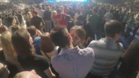 Glückliches Paar, das in der Menge während des Liebeslieds am Popkonzert küsst Romantischer Antrag stock video