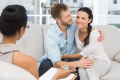 Glückliches Paar, das an der Therapie-Sitzung versöhnt Lizenzfreie Stockbilder