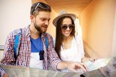 Glückliches Paar, das draußen besichtigend geht und Karte halten Lizenzfreies Stockbild