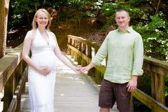 Glückliches Paar, das ein Baby erwartet lizenzfreies stockbild