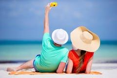 Glückliches Paar, das ein Selbstfoto auf einem Strand an den Feiertagen macht Stockfoto