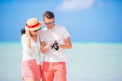 Glückliches Paar, das ein selfie Foto auf weißem Strand macht Zwei Erwachsene, die ihre Ferien auf tropischem exotischem Strand g Lizenzfreies Stockbild