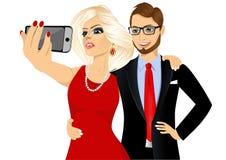 Glückliches Paar, das ein selfie unter Verwendung ihres Smartphone nimmt Stockfoto