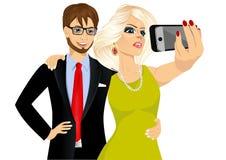 Glückliches Paar, das ein selfie unter Verwendung ihres Smartphone nimmt Lizenzfreies Stockbild