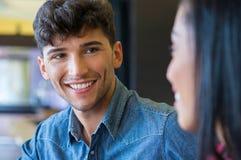 Glückliches Paar, das einander und das Lächeln betrachtet Stockfoto
