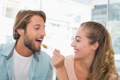 Glückliches Paar, das einiges Kuchen genießt Stockfoto