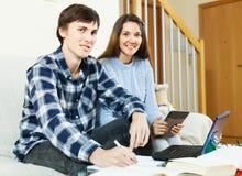 Glückliches Paar, das für Prüfungen sich vorbereitet Lizenzfreies Stockbild