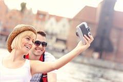 Glückliches Paar, das Fotos in einem Kanu macht Stockfoto