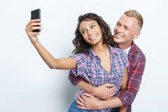 Glückliches Paar, das Fotos macht Stockbild