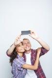 Glückliches Paar, das Fotos macht Lizenzfreie Stockfotos