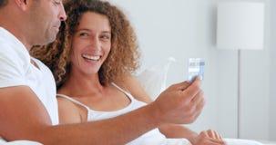 Glückliches Paar, das Geld für Internet ausgibt stock video