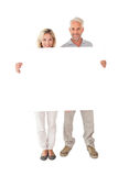 Glückliches Paar, das großes Plakat hält Stockfotos
