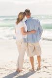 Glückliches Paar, das heraus zum Meer schaut Stockbilder