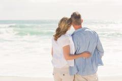 Glückliches Paar, das heraus zum Meer schaut Lizenzfreie Stockfotografie