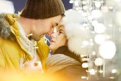 Glückliches Paar, das Hintergrundlichter umarmt Lizenzfreies Stockbild