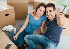 Glückliches Paar, das in ihr neues Haus umzieht stockfotos