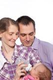 Glückliches Paar, das ihr neugeborenes Baby einzieht stockbilder
