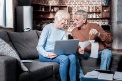 Glückliches Paar, das ihre Pension zählt stockfotos
