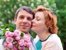 Glückliches Paar, das im Park sich entspannt lizenzfreie stockfotografie
