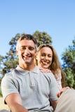 Glückliches Paar, das im Park sich entspannt Stockfotografie