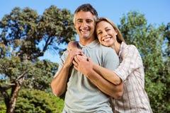 Glückliches Paar, das im Park sich entspannt Stockfoto