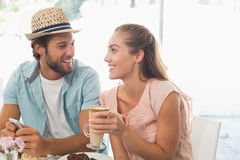 Glückliches Paar, das Kaffee und Kuchen genießt Lizenzfreies Stockfoto