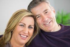 Glückliches Paar, das Kamera betrachtet stockfotos