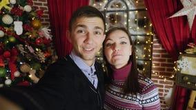 Glückliches Paar, das on-line-Videoanruf mit Smartphonekamera hat stock video footage