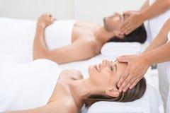 Glückliches Paar, das Massage am Badekurort erhält Lizenzfreie Stockfotografie