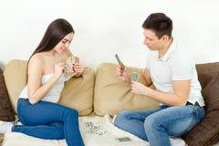 Glückliches Paar, das Nachmittagsspaß hat stockfoto