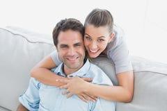 Glückliches Paar, das oben an der Kamera lächelt Lizenzfreies Stockfoto
