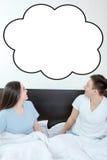 Glückliches Paar, das oben leerer copyspace Wolke betrachtet Lizenzfreie Stockfotos