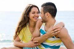 Glückliches Paar, das romantisches Datum am sandigen Strand hat Lizenzfreie Stockfotos