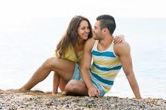 Glückliches Paar, das romantisches Datum am sandigen Strand hat Stockfotos