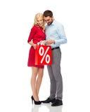 Glückliches Paar, das rote Einkaufstasche untersucht Stockbild